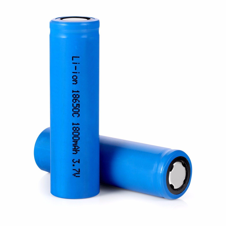 NiMH (Nickel-Metal Hydride) hay còn được gọi là niken-kim loại hyđrua, là pin thuộc loại có thể sạc lại. Nó có nhiều điểm chung với pin NiCd về yếu tố hình thức và các thành phần. Nhưng thay vì sử dụng cadmium độc hại, NiMH lại chứa hợp kim hấp thụ hydro(các liên kết) đóng vai trò như một điện cực âm hoặc cực dương. Với cấu tạo này, pin NiMH tự hào về tính thân thiện với môt trường và khả năng tái chế.  Hơn thế nữa, chúng có mật độ năng lượng cao gấp đôi so với pin NiCd. Điều đó có nghĩa là chúng có thể lưu trữ nhiều năng lượng nhiều hơn trong kích thước pin nhỏ hơn và nhẹ hơn. Ở đèn pha năng lượng mặt trời, công suất lớn hơn tương đương với thời gian hoạt động lâu hơn với một lần sạc. Cụ thể là, pin NiMH có thể duy trì ổn định ở mức điện áp 1,2V trong gần 70-80% tổng thời gian xả của nó.  Tuổi thọ của loại pin này thay đổi theo dung lượng của chúng, nhưng nói chung nó dao động từ 500 chu kỳ đối với pin dung lượng cao và đén gần 3000 chu kỳ sạc với loại có dung lượng thấp. Chúng có thể được sạc nhanh chóng trong vòng một giờ. Pin NiMH cho phép các tấm pin mặt trời nạp lại năng lượng với tốc độ như nhau trong nhiều thời điểm khác nhau mà không gây hại đến dung lượng pin. Do thời lượng phóng điện dài, pin NiMH được sử dụng rộng rãi trong tất cả các loại đèn pha năng lượng mặt trời, từ giá rẻ đến cao cấp. Nhưng chúng chủ yếu được tìm thấy trong các loại đèn chiếu sáng tầm thấp và tầm trung, ví dụ như đèn cửa trước, đèn sân vườn, đèn an ninh, đèn trang trí, đèn chiếu sáng, v.v.  Tuy nhiên, nó lại có nhược điểm tự phóng điện cao gáp 3 lần so với pin NiCd. Nếu pin được sạc đầy và để trê kệ trong một tháng, pin sẽ mất đi một phần ba năng lượng, có thể thay dổi cùng với nhiệt độ( nhiệt độ tăng thì năng lượng mất đi tăng).